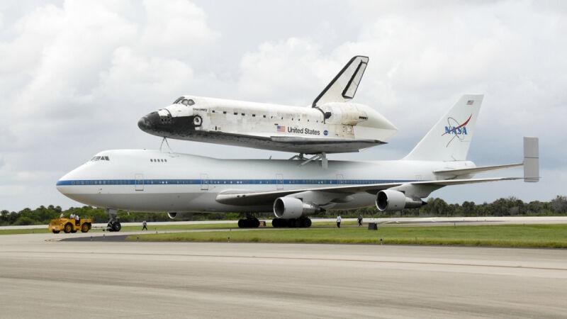 Discovery na plecach boeinga 747 (NASA)