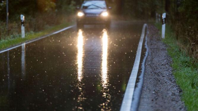 Jezdnie mokre od deszczu. Uwaga na wyładowania