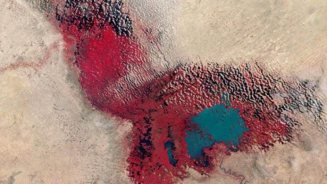 Na zdjęciach widać czerwoną plamę. <br />Ogromne jezioro powoli znika