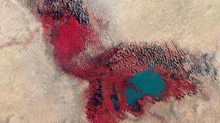 Na zdjęciach widać czerwoną plamę. Ogromne jezioro powoli znika